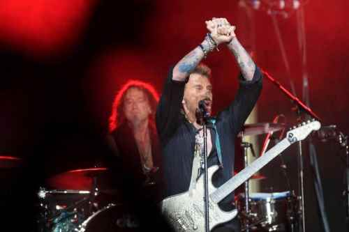 le-rockeur-possede-sur-son-epaule-un-tatouage-qui-represente-un-aigle